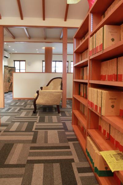 八木三男先生の蔵書の搬入中