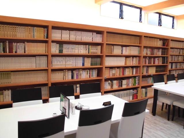 1階、海鮮一鰭内にあります大嶋先生の蔵書の本棚