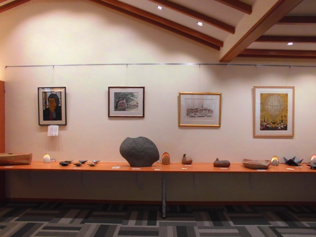 ギャラリーには鈴木和弘氏の陶芸作品や絵画などが飾られております
