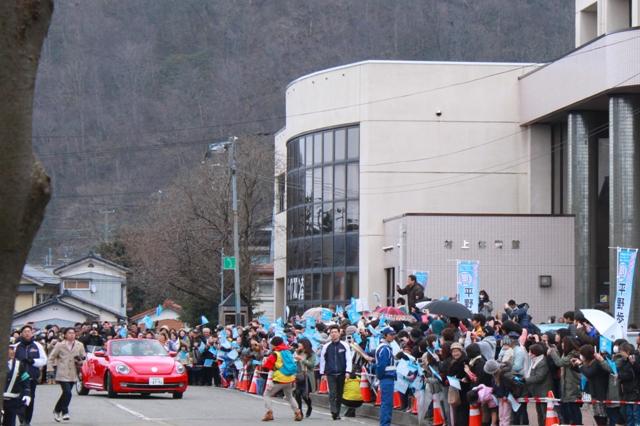 平野歩夢選手凱旋パレード、市役所を出発!