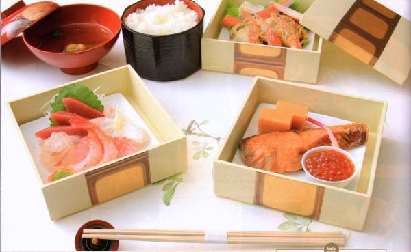 塩引き鮭、刺身、エビなどの焼物が三段の重箱におさめられた贅沢な御膳